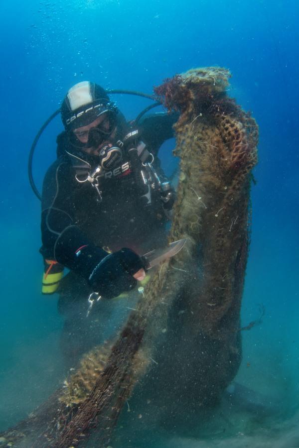 ΦΩΤΟ Γ. Ρηγούτσος - Η προσπάθεια του καθαρισμού υποβρυχίως